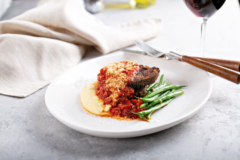 Köttfärslimpa med polenta arkivfoto