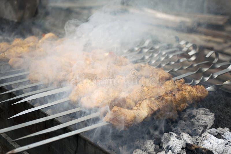 Köttkockar på varma kol i röken Picknick i natur royaltyfri foto