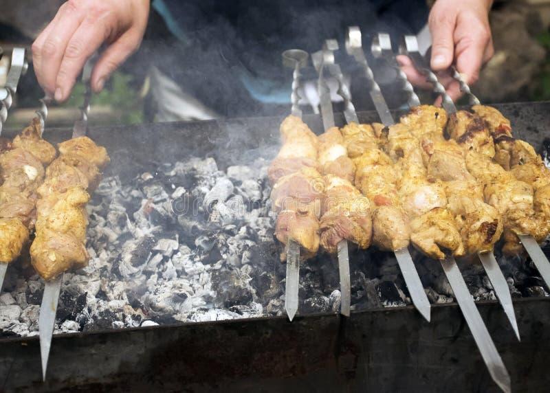 Köttkockar på varma kol i röken Picknick i natur royaltyfri fotografi