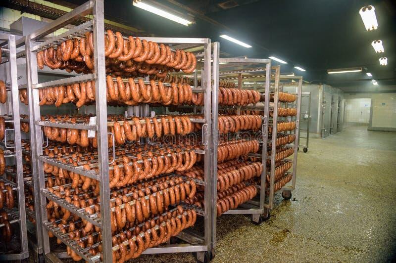 Köttkorv som bearbetar i fabrik arkivfoton