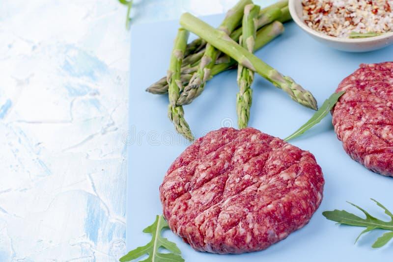 Köttkotletter för att grilla och sparriers Proteinmat placera text kopiera avstånd royaltyfri fotografi