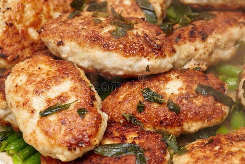 Köttkroketter eller kotletter i stekpannan, matlagningprocess royaltyfri bild