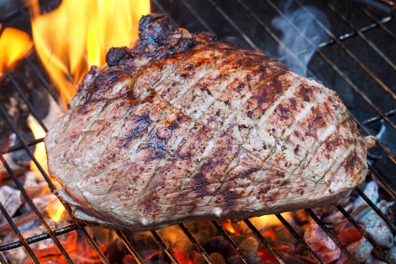 Köttmatlagning på kolgaller fotografering för bildbyråer