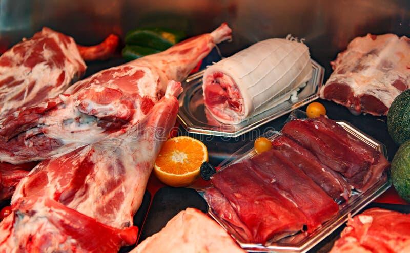 Köttprodukter in i litet shoppar royaltyfria bilder