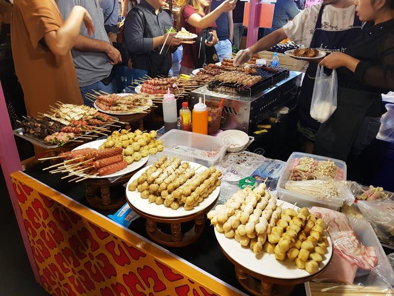 Kötträtter av olika typer på steknålar i Thailand på marknaden arkivfoton