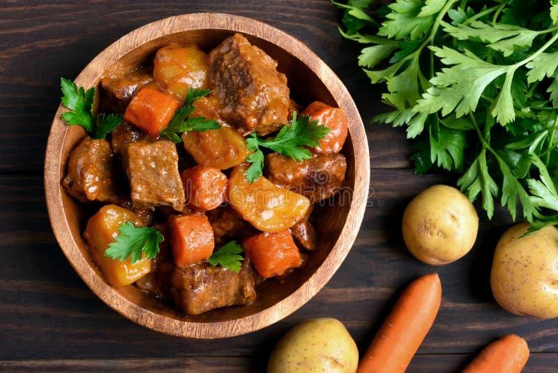 Köttragu med grönsaker, bästa sikt royaltyfri fotografi