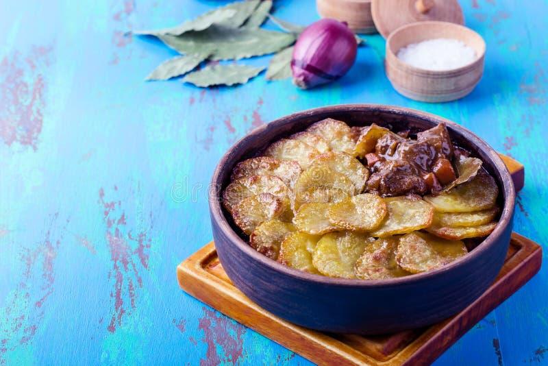 Köttragu som överträffas med skivade potatisar royaltyfria bilder