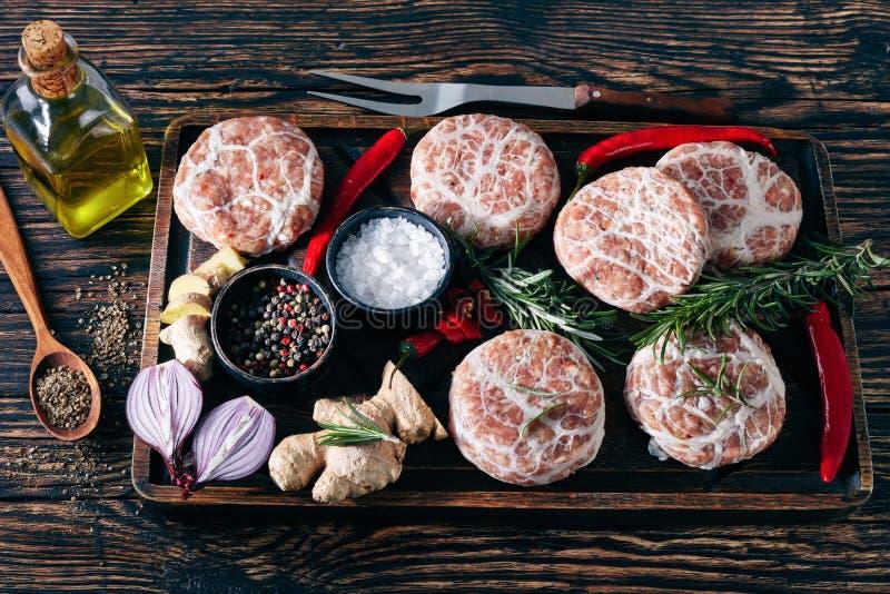 Köttsmå pastejer - rå schweizare Atriaux, bästa sikt royaltyfria foton