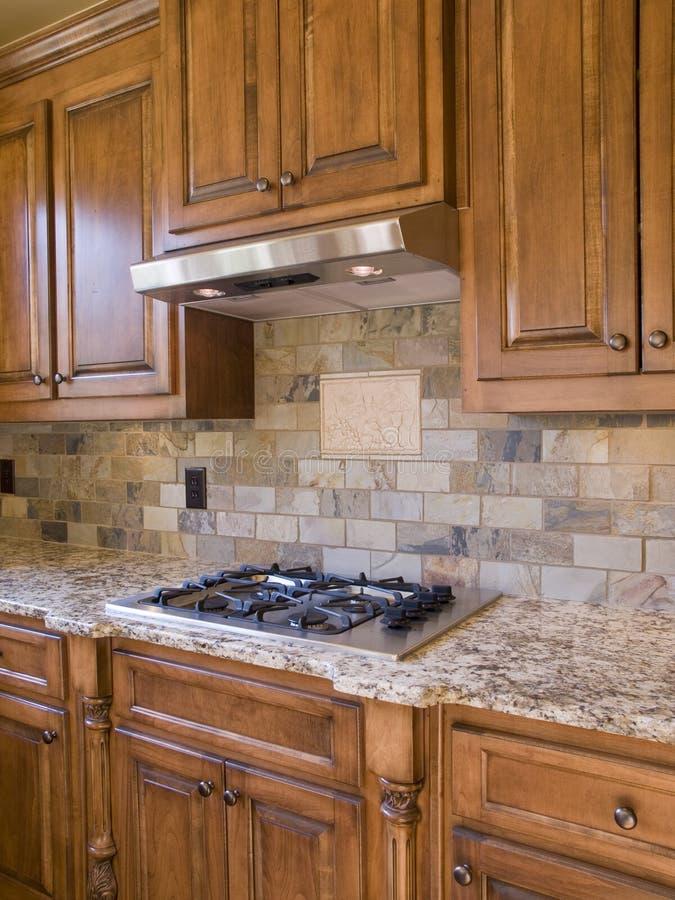 Küche cooktop und KabinettWinkelsicht lizenzfreie stockfotos
