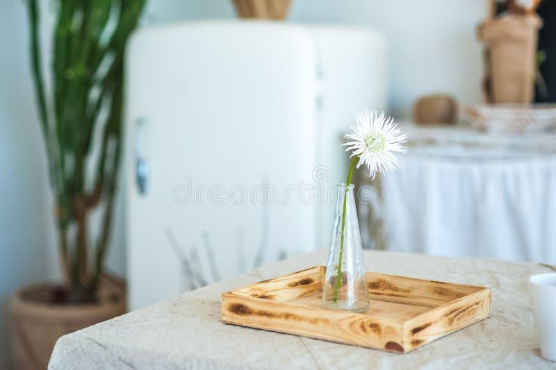 Küche in der rustikalen Art im Sommer Frühlingslicht maserte Küche mit einem alten Kühlschrank, Holztisch Hölzerner Glasvase mit  lizenzfreie stockfotos