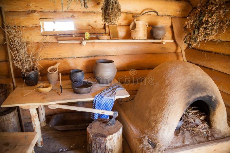 Küche im alten ländlichen Blockhaus lizenzfreie stockbilder