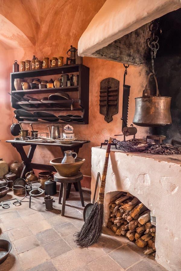 Küche im Schloss stockbild. Bild von kamin, teller, kochen - 68220255