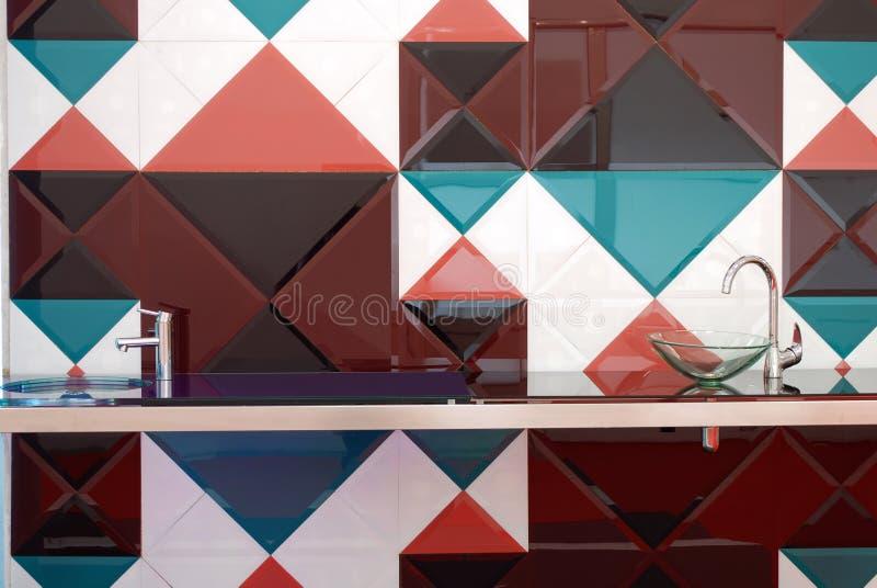 Küche mit bunten Fliesen stockbild