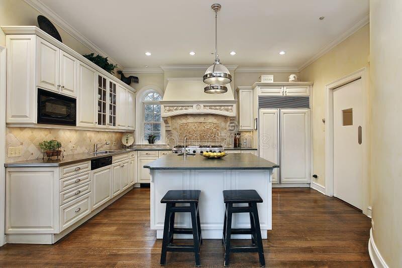 Küche mit dekorativem Ofen backsplash lizenzfreie stockbilder