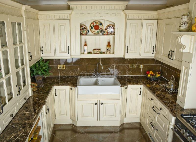 Küche mit Geräten und einem schönen Innen-designe lizenzfreie stockbilder