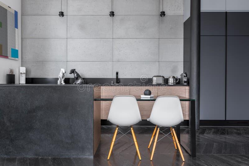 Küche mit grauen Wandfliesen stockfoto