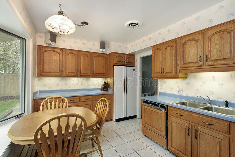 Küche mit hölzernem Cabinetry stockfotos