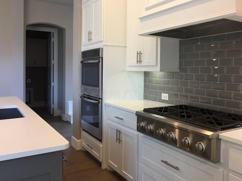 Küche mit Inselzählerdesign stockfotografie