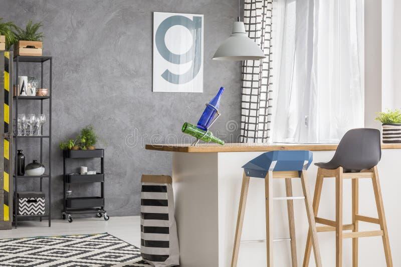 Küche mit Plakat und Schemeln lizenzfreie stockfotos