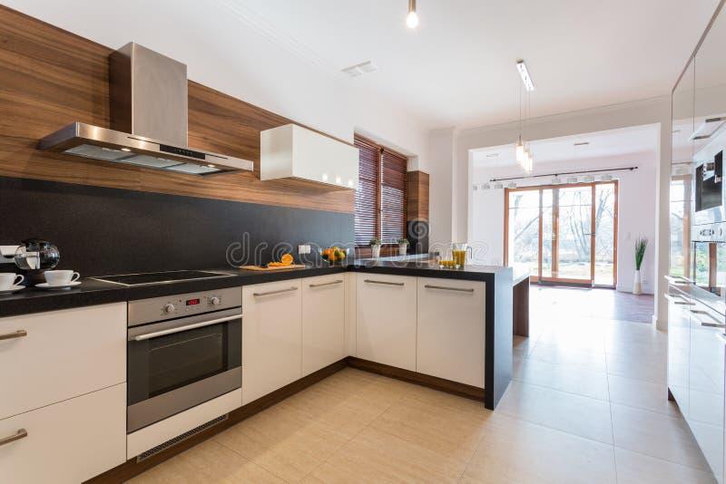Küche offen auf Esszimmer stockfoto. Bild von farbe, halle - 47397792