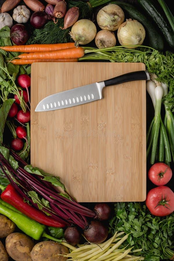 Küche Santoku-Messer auf hölzernem Schneidebrett mit Frischgemüse stockbilder