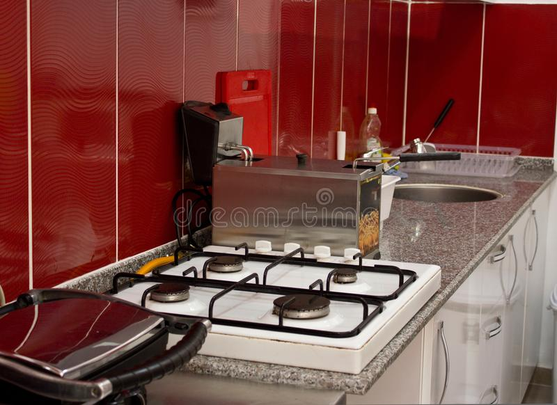 Küche und Kochgeräte im Restaurant - Bratpfanne, Ofen, s lizenzfreies stockfoto