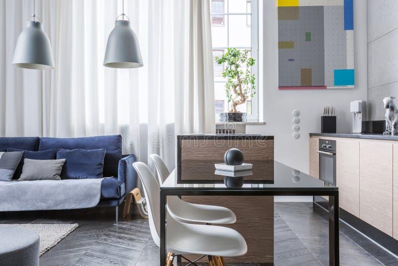 Küche Und Wohnzimmer Kombiniert Stockbild - Bild von kaffee, wohnung ...
