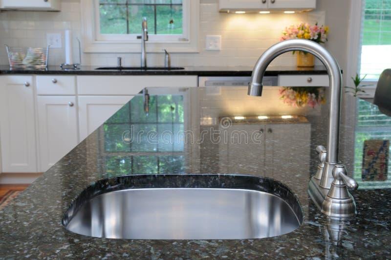Küche-Wanne auf Granit-Zählwerk stockfotos