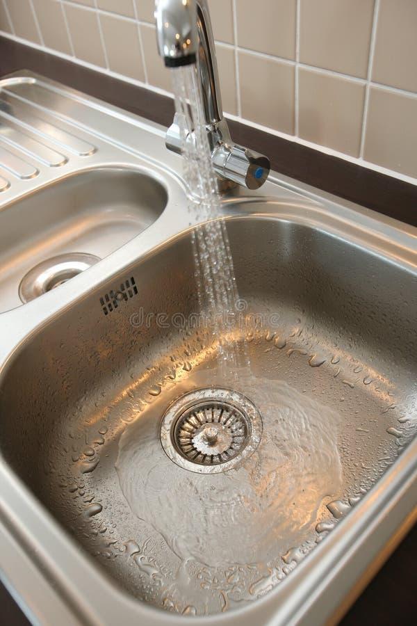 Küche-Wanne mit fließendem Wasser lizenzfreie stockbilder