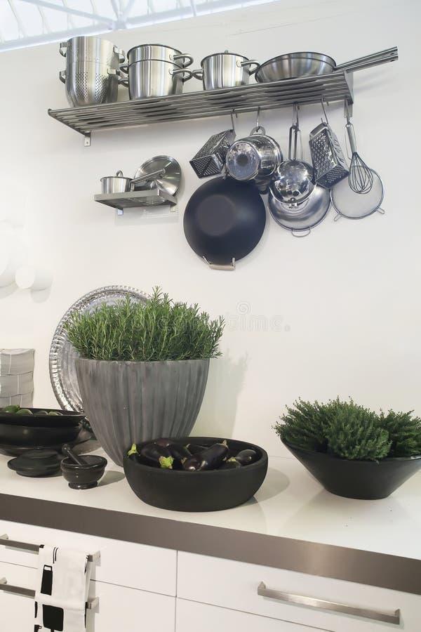Küchedekoration durch Vasen stockfoto