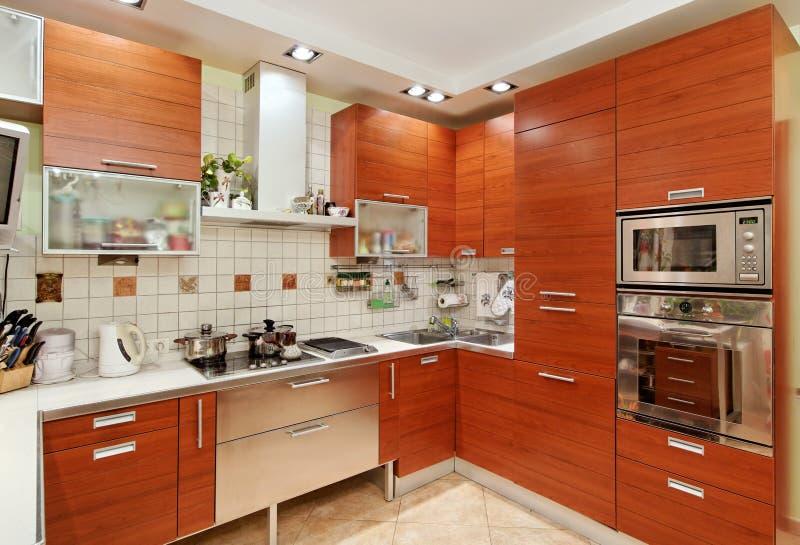 Kücheinnenraum mit hölzernen Möbeln stockfotografie