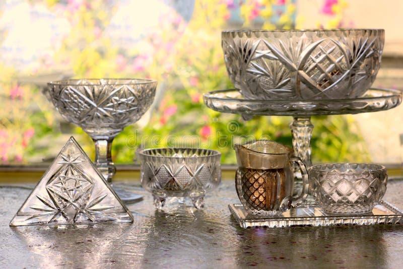 Küchen-Gerät, Sammlung der transparenten leeren Weinlese Crystal Glass Stemware Used, zum einer Tabelle für das Essen einer Mahlz stockbild