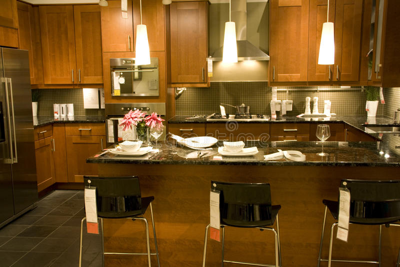Küchenarbeitsplatteeinstellungsausgangsinnenraum lizenzfreies stockfoto