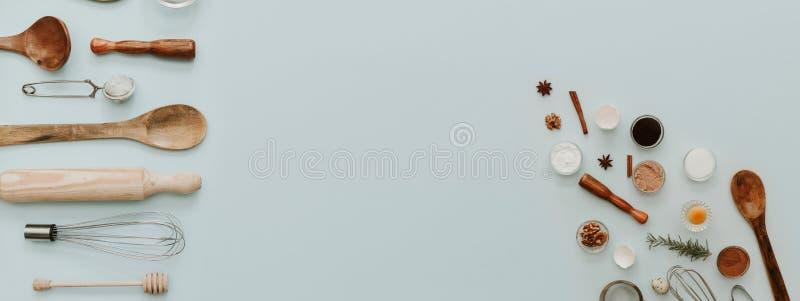 Küchenfahne Backengeräte und -bestandteile auf Pastellhintergrund, stockbild