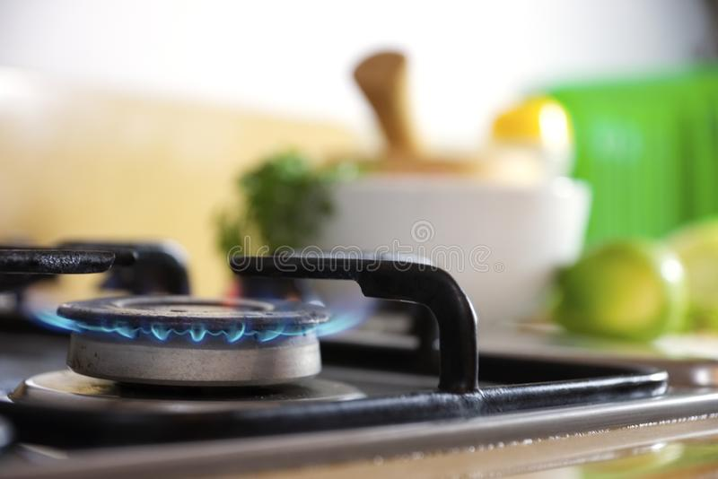 Küchenflammen- und -nahrungsmittelwürzen am Hintergrund lizenzfreies stockfoto