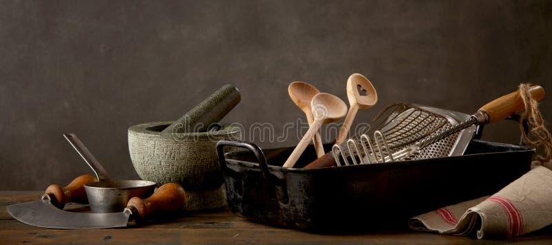 Küchengeräte auf Holztisch stockfotos
