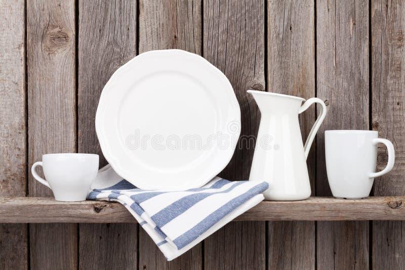 Küchengeräte auf Regal stockbilder