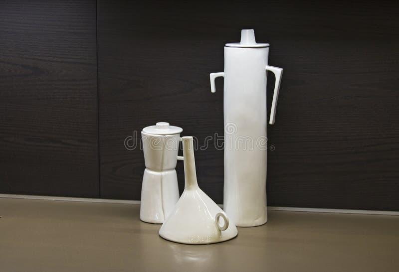 Küchengeräte, Dekor, keramische weiße Küchengeräte, eine Schüssel, Dekantiergefäß, Kaffeetopf lizenzfreie stockbilder