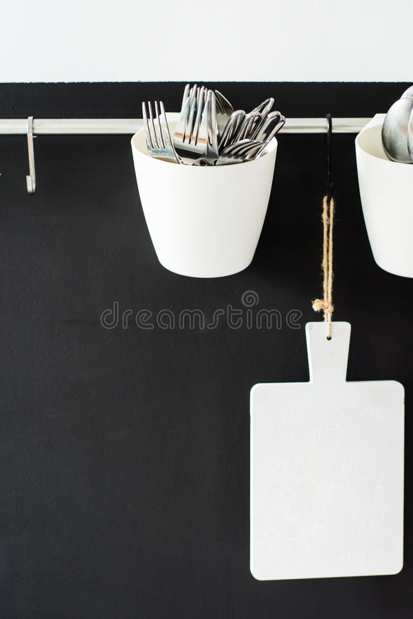 Küchengeräte, die an einer Wand hängen lizenzfreie stockfotos