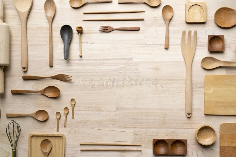 Küchengeräte für das Kochen auf dem Holztisch stockbilder