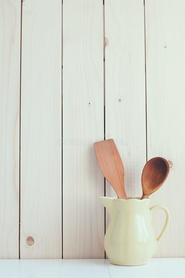 Küchengeräte im keramischen Krug stockbild