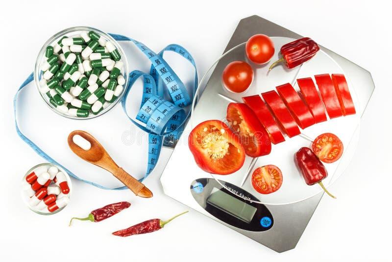Küchengewicht mit gehacktem Pfeffer Diätetischer Teil Gemüse Strenge Diät stockfoto