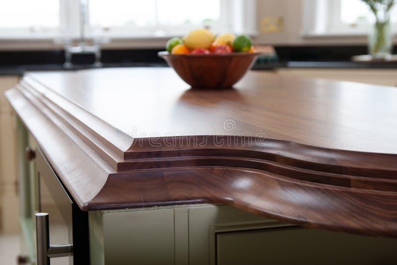 Kücheninnendetail, hölzerner worktop Entwurfs-Fruchttopf stockbild