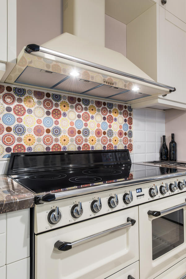 Kücheninnenraum Mit Modernen Geräten, Ofen, Gasherd Stockbild - Bild ...