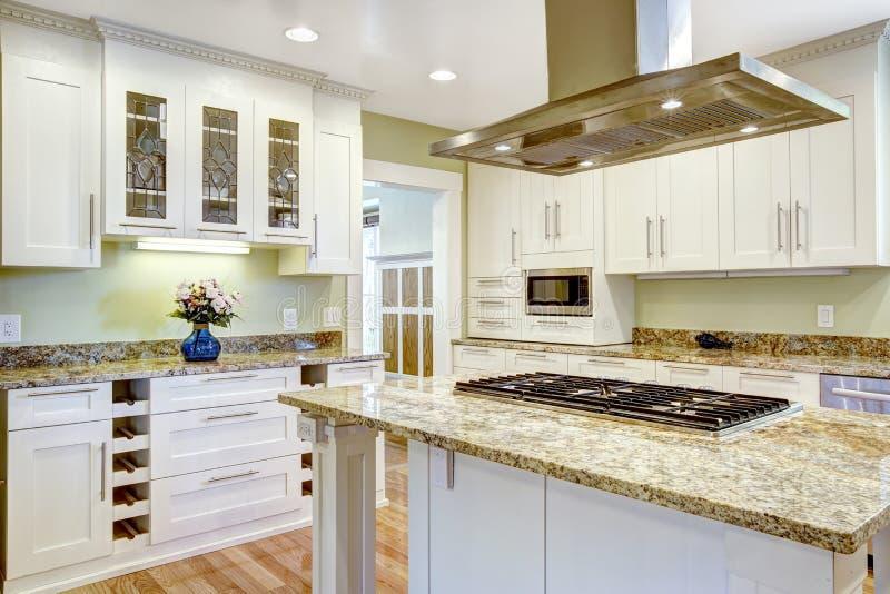 Kücheninsel mit eingebautem Ofen, Granitspitze und Haube stockfotos