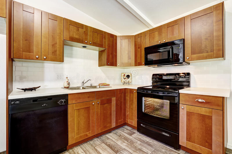 Küchenschränke mit schwarzen Geräten lizenzfreies stockbild