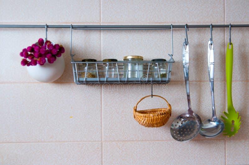 Küchenstange küchenstange stockfoto bild blumen abendessen flaschen 55709600