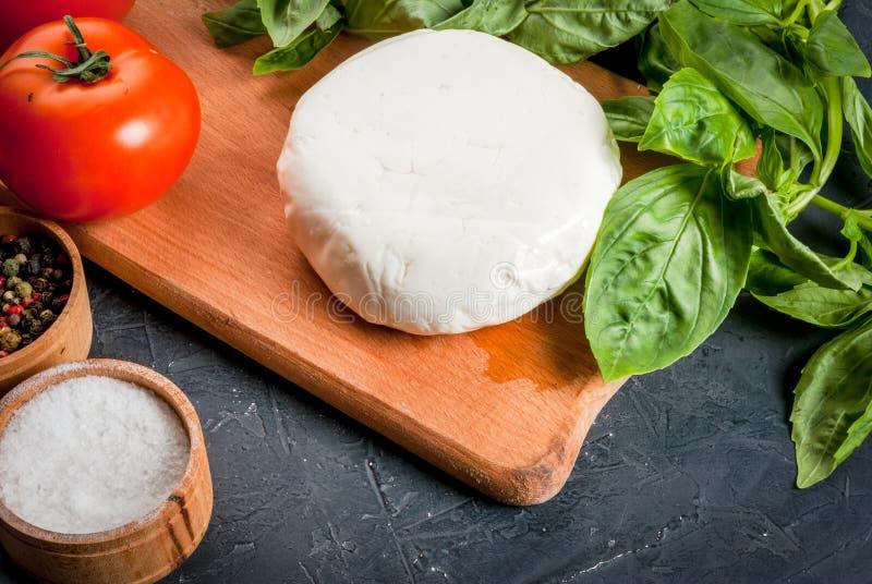 Küchentisch mit Bestandteilen, italienisches Lebensmittel lizenzfreies stockbild