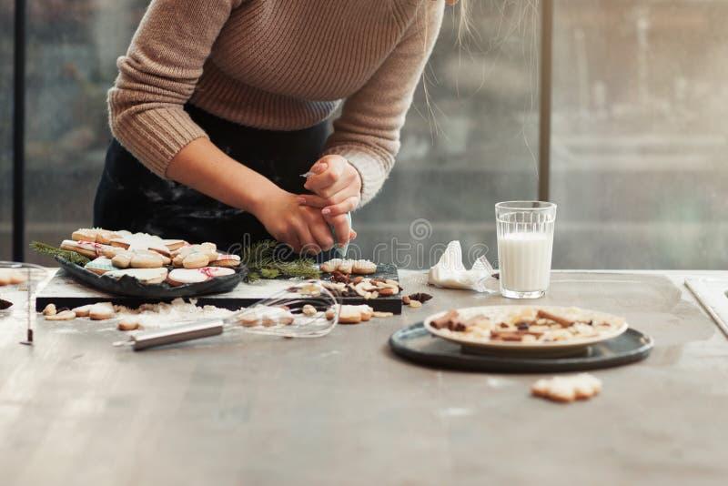 Küchentisch mit dem Kochen der Frau, freier Raum stockfotos