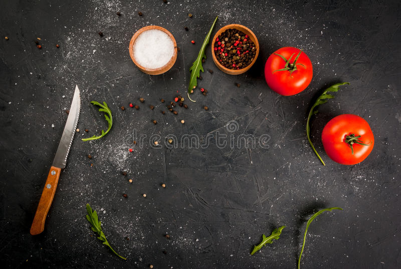 Küchentisch mit einem Messer, Gewürzen u. Kräutern lizenzfreies stockfoto